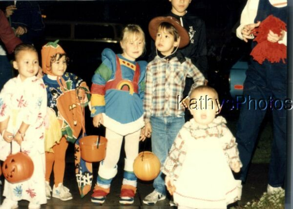 FOUND COLOR PHOTO K 9545 HALLOWEEN KIDS IN COSTUMES VERY CUTE $6.98