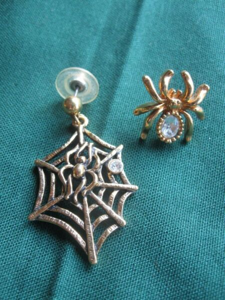 UNIQUE HALLOWEEN EARRINGS GOLD TONE SPIDER WEB amp; SPIDER WITH RHINESTONES PIERCED $4.99