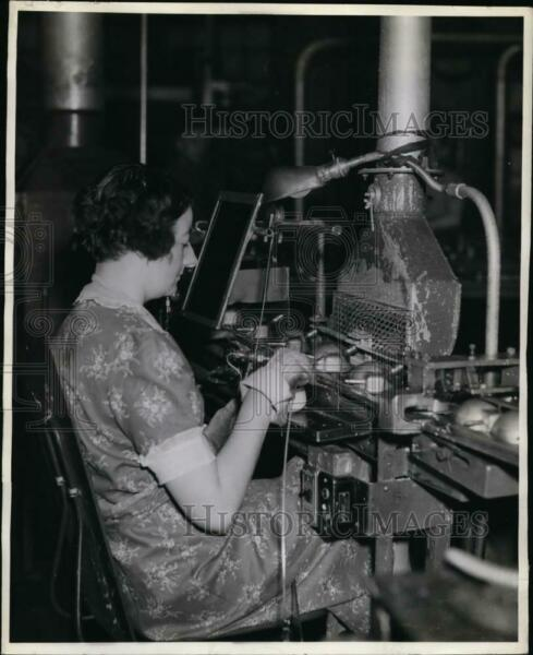 1942 Press Photo General Electric assembly line Gertie Auurborn solders tubes $19.99