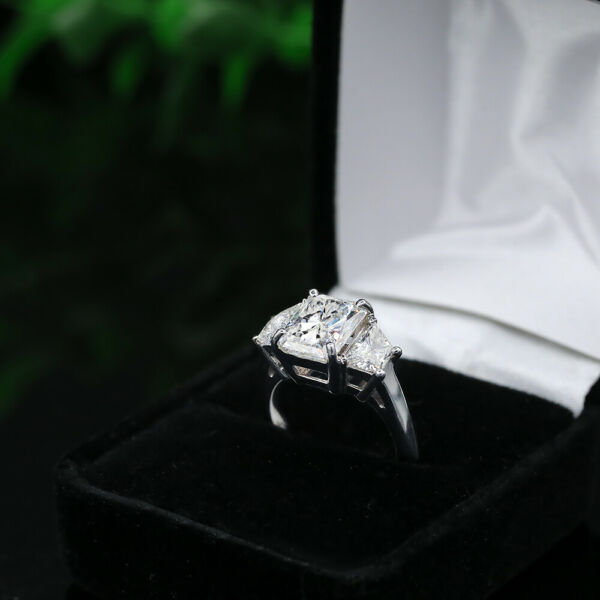 Great 18k White Gold Engagement Ring with 5.17ct. Diamonds
