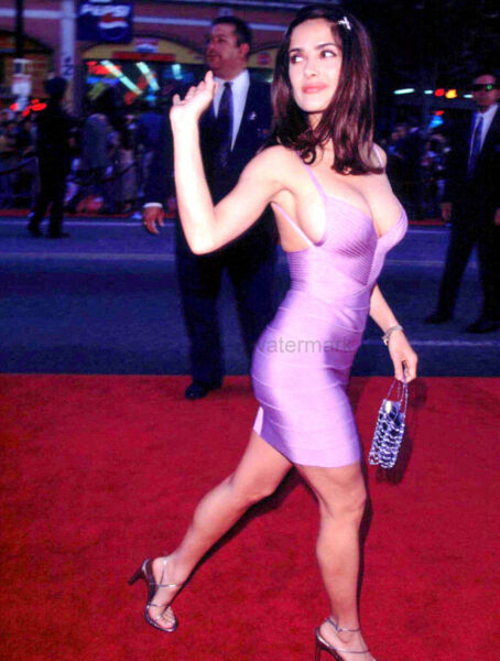 TALENTED ACTRESS SALMA HAYEK GREETING HER FANS PUBLICITY PHOTO