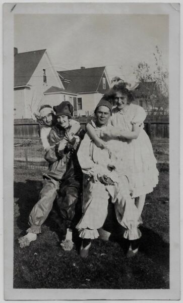 OLD PHOTO AFFECTIONATE WOMEN AND MEN WEARING HALLOWEEN COSTUMES 1910s