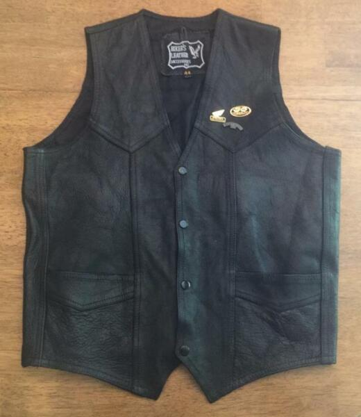 NICE HARLEY BIKER#x27;S LEATHER LEATHER VEST SIZE 44 HONDA PINS VERY GOOD CONDITION