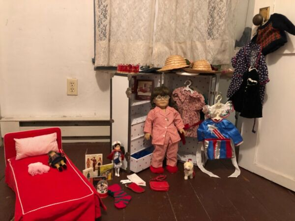 American Girl Pleasant Company Molly McIntire doll with Clothes Bed And Trunk