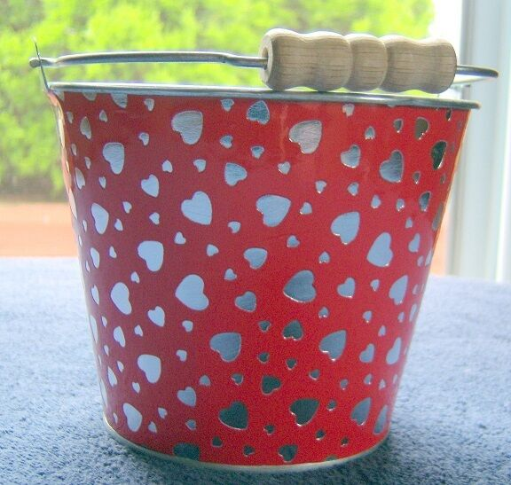 Red Heart Metal Pail  Approx 4.5 inch tall and 5.25 inch wide wo handle   B72