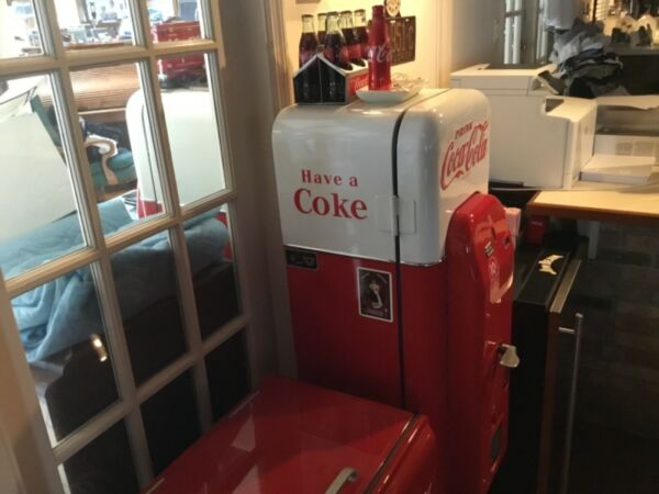 Beautiful VMC #44 COCA COLA MACHINE America's Most Popular Machine