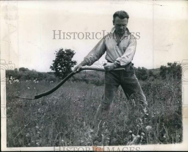 1958 Press Photo Actor James Cagney works in the field. - syx04358