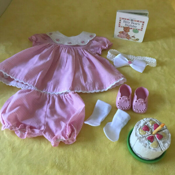 1996 PLEASANT COMPANY BITTY BABY BIRTHDAY OUTFIT CAKE WITH CANDLEBOOK RETIRED