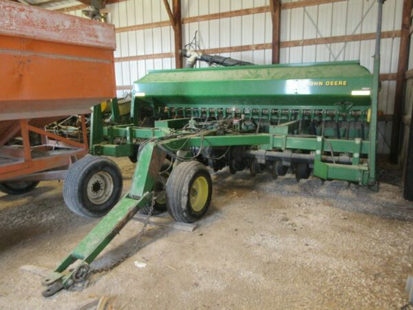 1998 John Deere 1560 No till drill wmarkers and brush fill auger