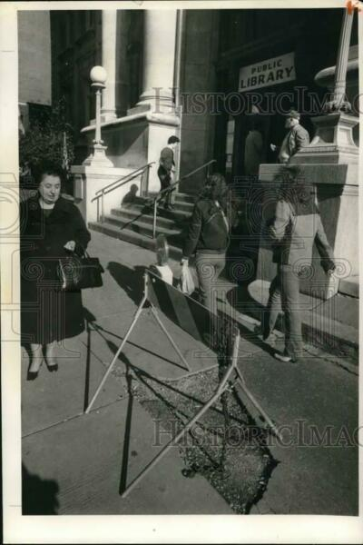 1983 Press Photo Metal Barrier Blocks Broken Sidewalk at Onondaga Public Library $16.88
