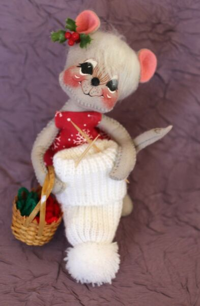 VINTAGE ANNALEE  DOLL - MOUSE KNITTING A STOCKING CAP - 1998 EXCELLENT