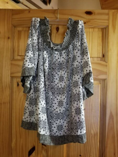 Weekend Suzanne Betro Black amp; White Floral Top with Flutter sleeves XL Used $16.99