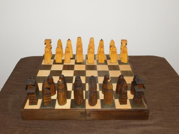 VINTAGE HAND CARVED WOOD CHESS SET GAME IN BOARD BOX
