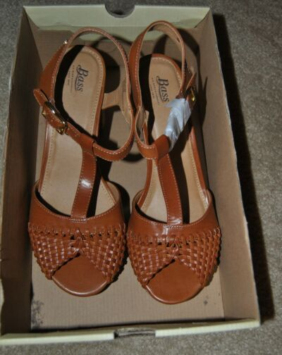 Brand new pair of Bass Ladies Sandals-size 9