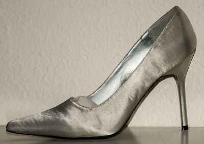 "❤NEW IN BOX, HOLLYWOOD HEELS, SILVER SATIN, STILETTO PUMPS, SIZE: 6M, 4"" HEELS!❤"