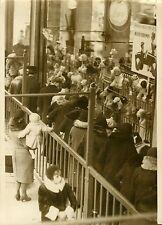 """""""Vitrine de jouets MAGASINS DU LOUVRE 1931"""" Photo originale G. DEVRED (Agce ROL)"""
