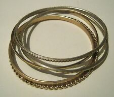 5x various design and style bangle bracelets in gold or silver tone metal