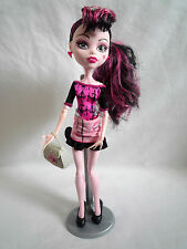 MONSTER HIGH DOLL / DRACULAURA SCARIS CITY FASHION TRAVEL  / WITH STAND & BAG