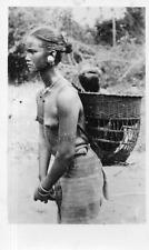 DN502 Photographie photo vintage snapshot Asie sud est nuit porteuse seins nus