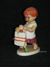 +# A012477_21 Goebel Archiv Robson Junge mit Einkaufstüte 10-507 TMK6