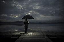 Incorniciato stampa-Uomo con ombrello in piedi su una Pier (foto poster arte SCURO)