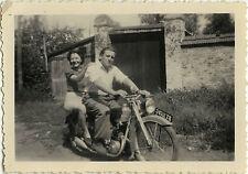 PHOTO ANCIENNE - VINTAGE SNAPSHOT - MOTO MOTOCYCLETTE COUPLE AMOUREUX -MOTORBIKE