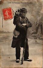 CPA MILITAIRE Au Régiment-De garde, en faction (315857)