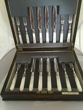 OAK CANTEEN OF 16 SILVER PLATED & MOTHER OF PEARL FRUIT KNIVES & FORKS (MOP 888)