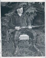 1952 Fashionable Warmly Dressed Michigan Hunter With Rifle Press Photo