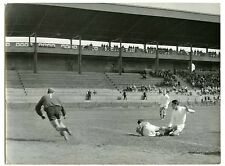 Stade de gerland Lyon match de foot gardien de but en action football 1950