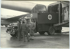 PHOTO ANCIENNE - MILITAIRE AVION CAMION CROIX ROUGE GMC - PLANE-Vintage Snapshot