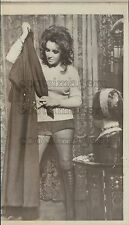 1971 Press Photo Leggy Actress Elizabeth Taylor Models Hot Pants & Boots