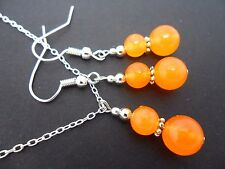 A PRETTY ORANGE JADE  BEAD NECKLACE AND  EARRING SET. NEW.