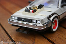 DE LOREAN BACK TO THE FUTURE TEIL 3 MIT LED BELEUCHTUNG(XENON)IN 1:24 NICHT 1:18
