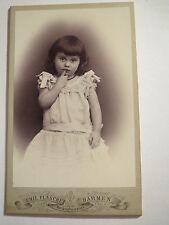 Barmen - kleines Mädchen im Kleid mit Zeigefinger am Mund - Portrait / CDV