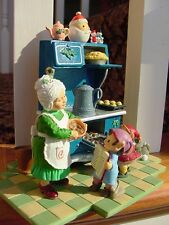 1995 HALLMARK Mrs. Claus KITCHEN CHRISTMAS EVE BAKE OFF Antique Oven Display NEW