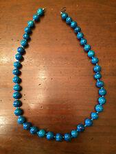 Collana con imitazione di pietre dure colore blu.