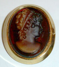 A VINTAGE GOLD TONE CAMEO BROOCH WITH BROWN GLASS & FROSTED SILHOUETTE