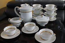 Service à thé en porcelaine de Limoges à frise dorée signé Vignaud