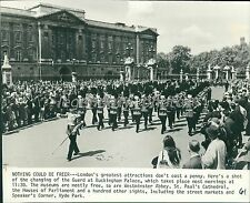 1980 Changing of the Guard at Buckingham Palace Original Wirephoto