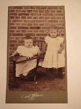 Niebüll - 2 kleine Kinder - stehendes Mädchen & Baby im Kinderstuhl / CDV