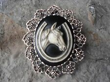 2 IN 1 - HORSE AND HORSESHOE HAND PAINTED CAMEO - BROOCH / PIN / PENDANT