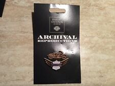 �� Rarität �� alter Harley Archival Museum Pin Milwaukee Style 1950 Victory NOS