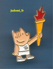 Pin's pin BARCELONA 1992 JEUX OLYMPIQUES MASCOTTE COBI PORTE FLAMME (ref  038)