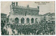 CARTOLINA DI PIACENZA PIAZZA CAVALLI GIORNO MERCATO ANIMATISSIMA 1919 VIAGGIATA