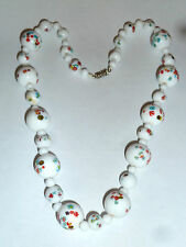 A VINTAGE NECKLACE SET WITH WHITE MURANO GLASS BEADS & WHITE GLASS BEADS