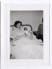 PHOTO ANCIENNE Bébé Nouveau né Mère 1950 Bras Lit Femme Accouchement Main