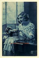 Carte postale ancienne   Femme   Machine à coudre   Tissu   FOX 3611   Fond bleu