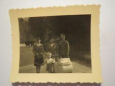 Linz am 18. Mai 1941 - Soldat in Uniform & 2 Frauen mit Hut & Kinderwagen / Foto