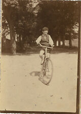 PHOTO ANCIENNE - VINTAGE SNAPSHOT - ENFANT VÉLO MODE DRÔLE - BIKE FASHION FUNNY